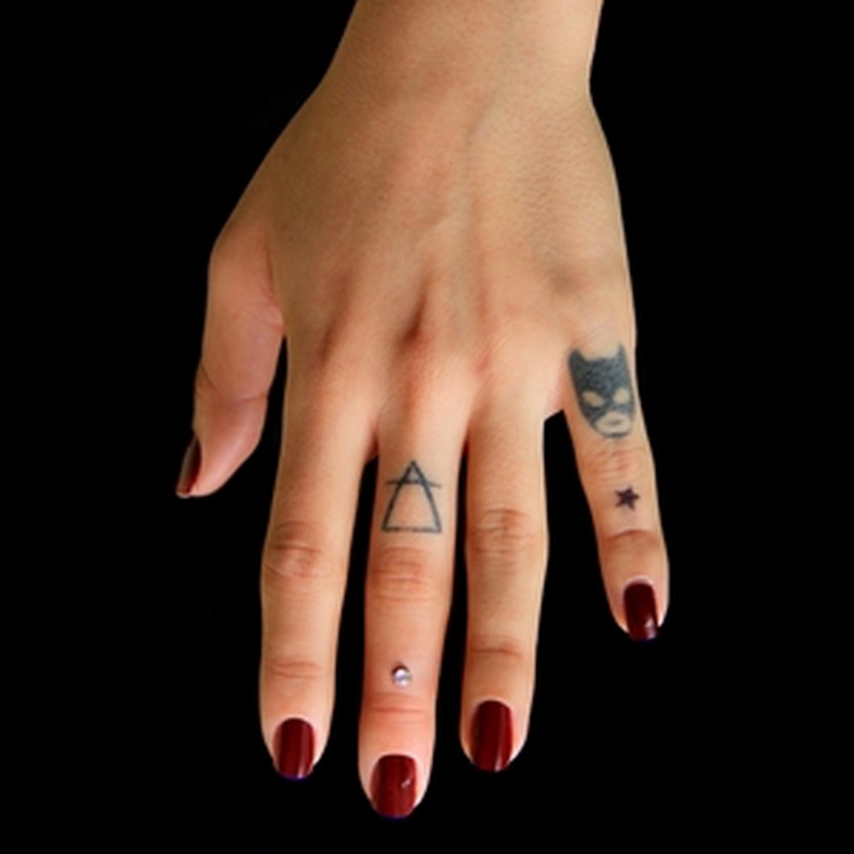el,parmağı,dermal,piercing,yapan,yerler