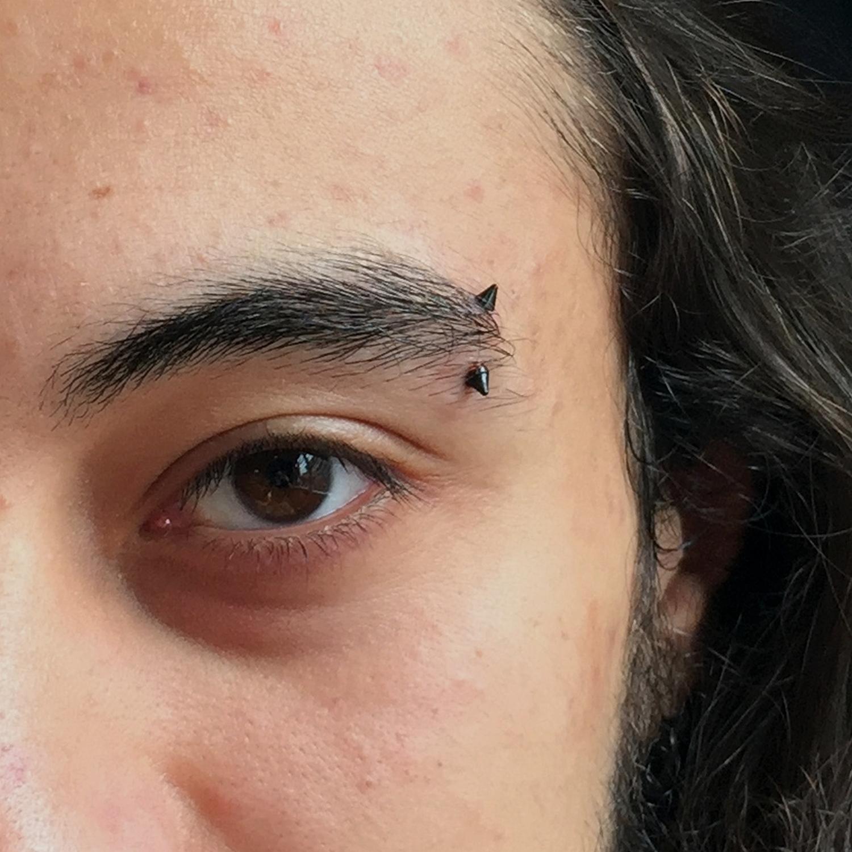 siyah,sivri,uclu,kas,piercing